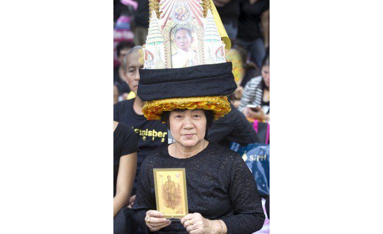 Tailandia llora la muerte del rey Bhumibol en la calle