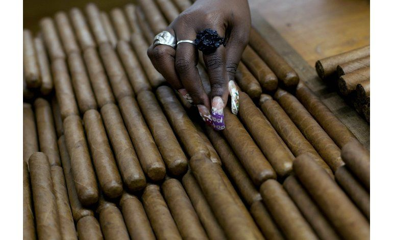 EEUU elimina restricciones al cigarro y ron cubanos