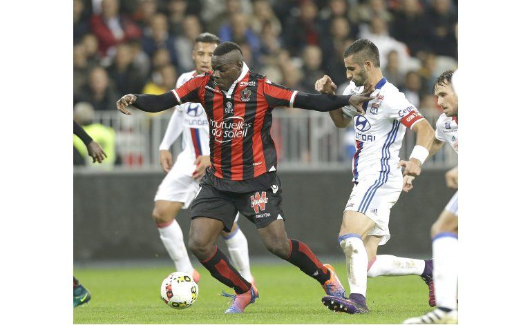 Balotelli falla penal, pero el líder Niza vence a Lyon