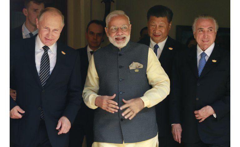 Putin dice a periodistas rusos que EEUU los está vigilando