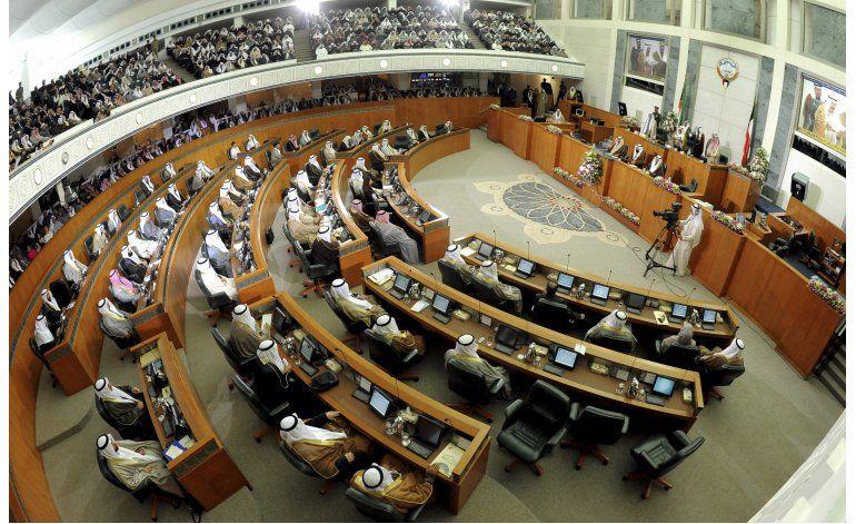 El emir de Kuwait disuelve el Parlamento por decreto