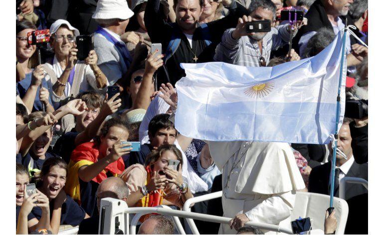 Paisanos del primer santo argentino celebran canonización