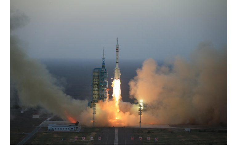 China lanza su misión espacial tripulada más larga