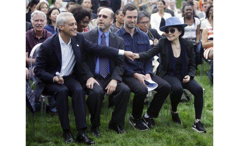 Yoko Ono devela instalación de flor de loto en Chicago