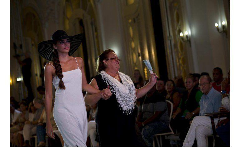 Diseñadores cubanos desafían escasez y buscan estilo propio