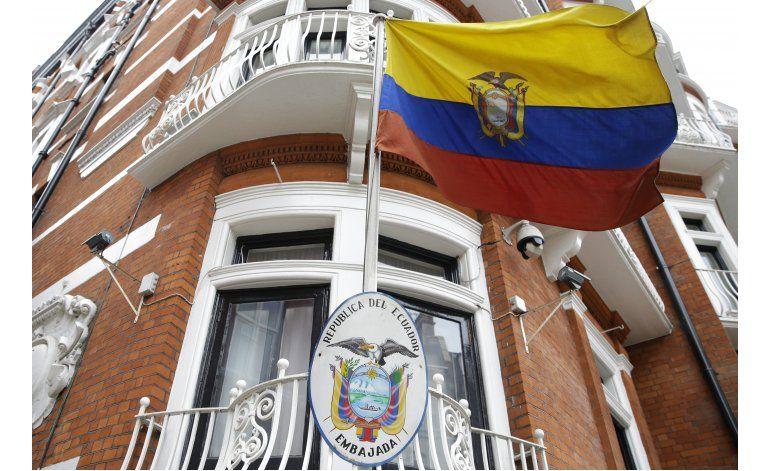 Ecuador reconoce haberle cortado el internet a Assange