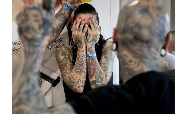 Estrafalarios tatuajes exhibidos en convención en Rumania