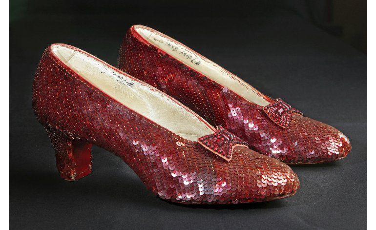 Smithsonian busca $300.000 para restaurar zapatos de Dorothy