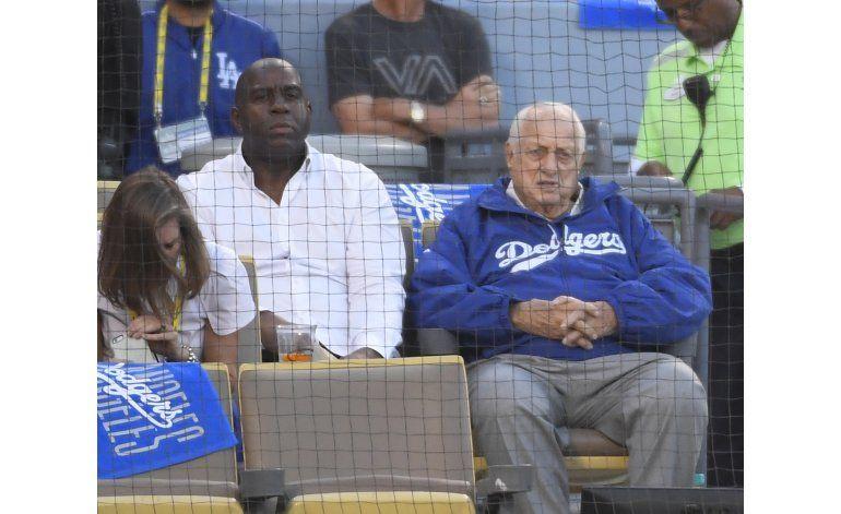 Lasorda sale del hospital a tiempo para ver a los Dodgers