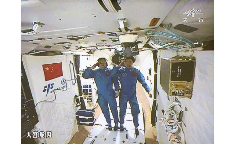 Astronautas chinos se acoplan e ingresan a estación espacial