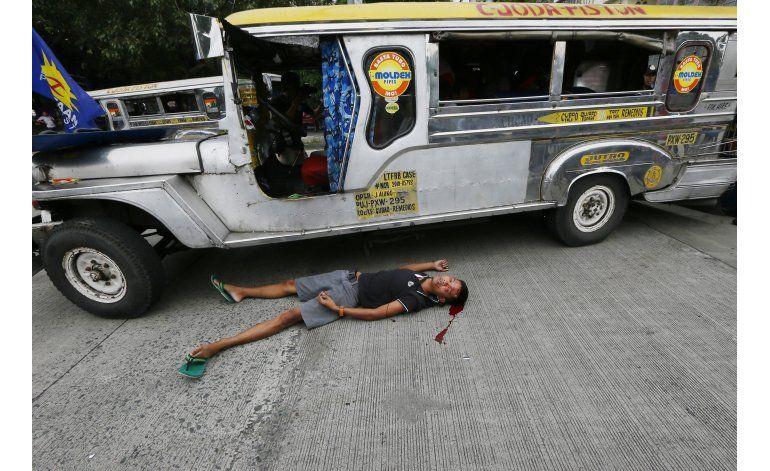 Filipinas: policía arrolla manifestantes ante embajada EEUU