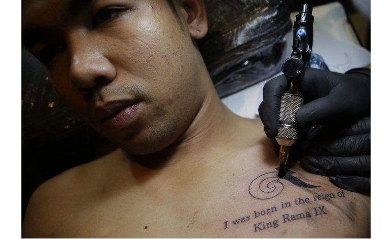 Algunos tailandeses se tatúan en honor de su rey fallecido