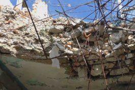 en peligro de derrumbe vive familia cubana en la habana
