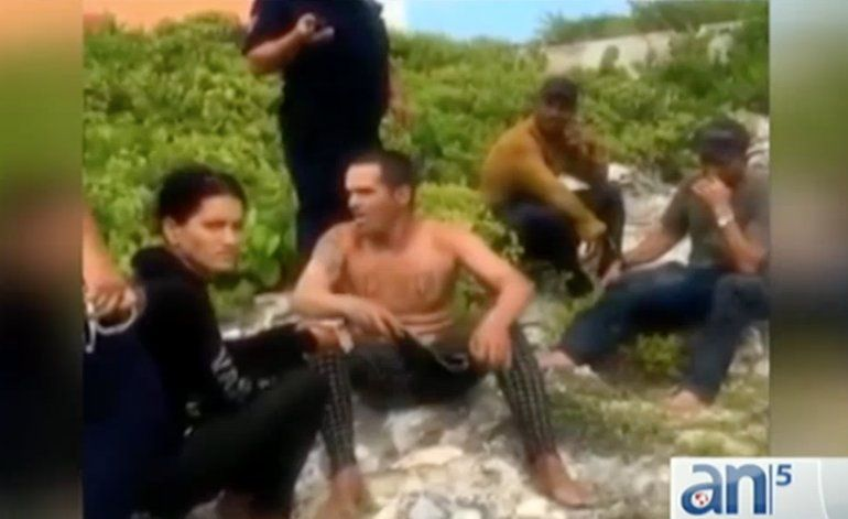 Imágenes de 17 balseros cubanos desembarcan en Isla Mujeres, México