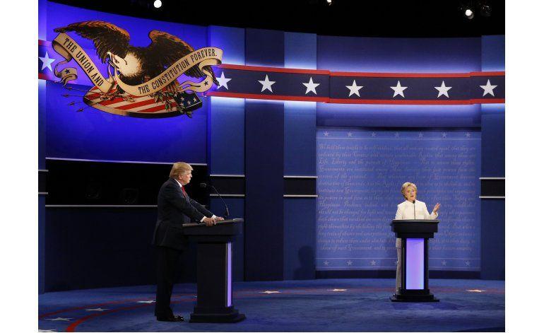 Trump dice que Clinton está a favor de muro fronterizo