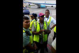 pasajeros de un vuelo habana-miami graban con sus celulares un presunto robo de aduaneros cubanos