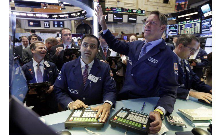 Leve baja en Wall Street en jornada de poca actividad