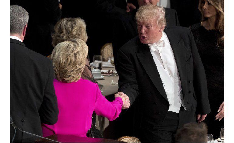Trump y Clinton cruzan dardos en una cena benéfica