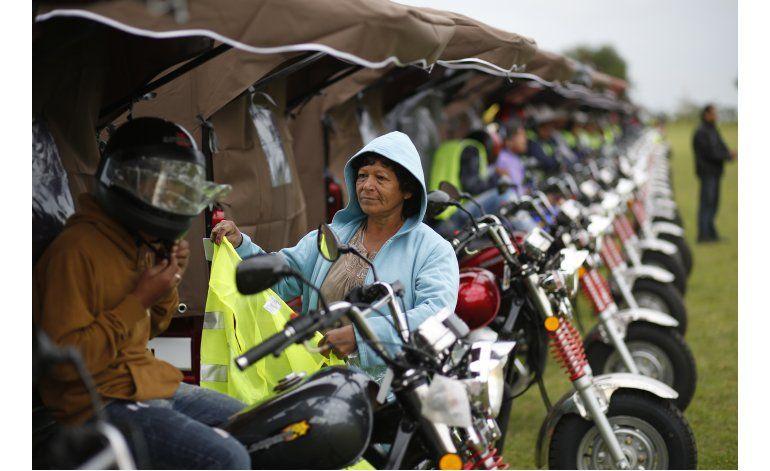 Motos reemplazan caballos de carreta en Paraguay