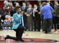 cantante se arrodilla durante himno en partido nba