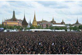 tailandeses cantan himno en honor a fallecido rey