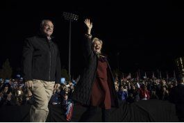 clinton le echa la mano a candidatos democratas al congreso
