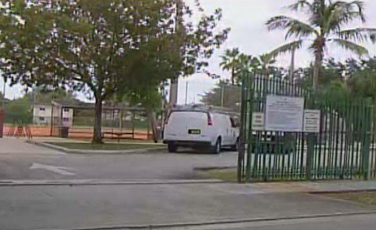 Policía busca a una ladrona que asaltó a tiros a tres jovencitos hispanos en el noroeste de Miami