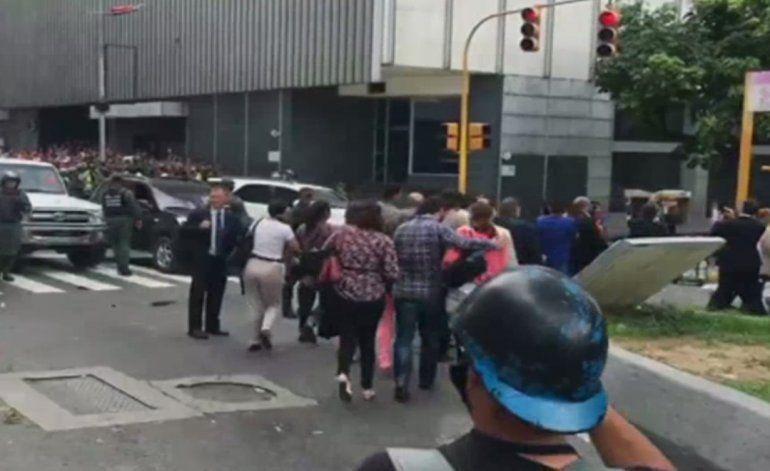Estudiantes en Venezuela salen a las calles a protestar por la suspensión del referéndum contra Maduro