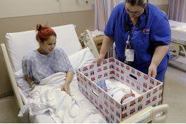 pediatras recomiendan que los bebes duerman con los padres