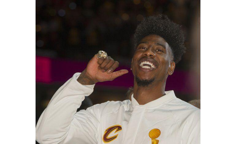 Cavs reciben sus anillos y apabullan a Knicks