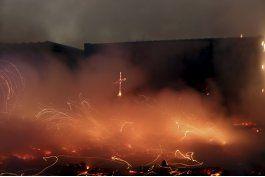 arde durante el desalojo gran parte del campamento de calais