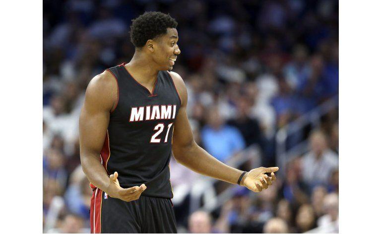 Whiteside lleva al Heat a victoria en su 1er partido