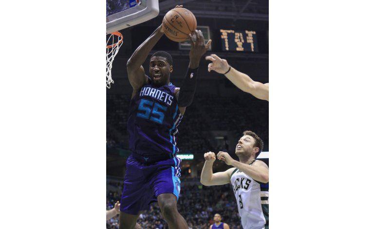 Hornets abren la campaña con triunfo sobre Bucks