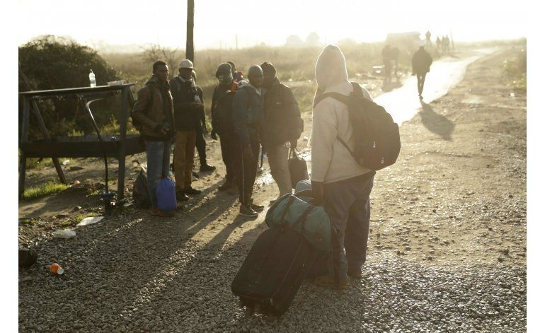 Siguen trabajos para demoler campo de migrantes en Francia