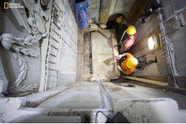 expertos retiran capas en el lugar de la tumba de jesus