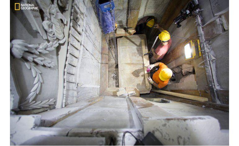 Expertos retiran capas en el lugar de la tumba de Jesús