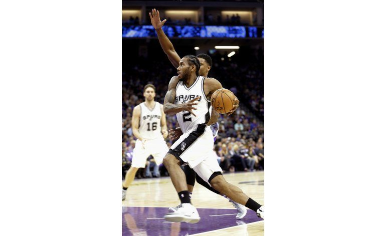 Spurs ganan 102-94, arruinan estreno del estadio de Kings