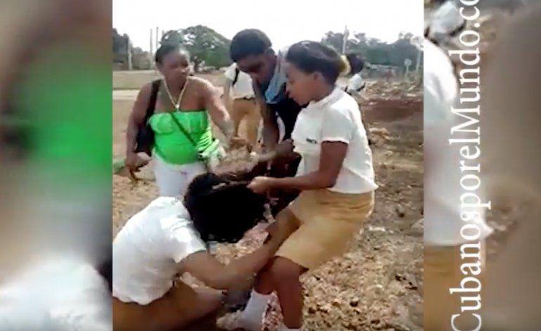 Pelea escolar en Cuba sirve de diversión al resto de estudiantes (FUERTES IMÁGENES)