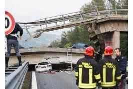 un muerto por derrumbe de puente vial en italia