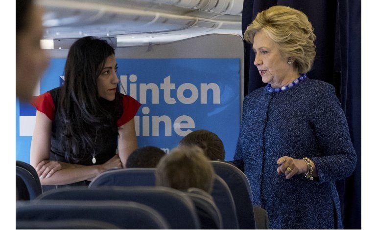 Clinton pide a FBI difundir información sobre correos