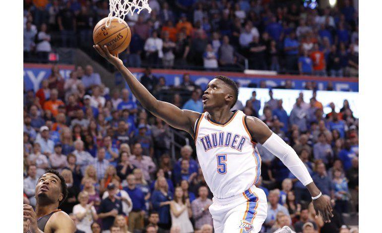 Westbrook explota con 51 puntos en victoria sobre Suns