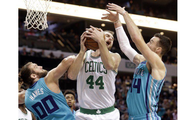 Con 8 triples de Bradley, Celtics vencen a Hornets