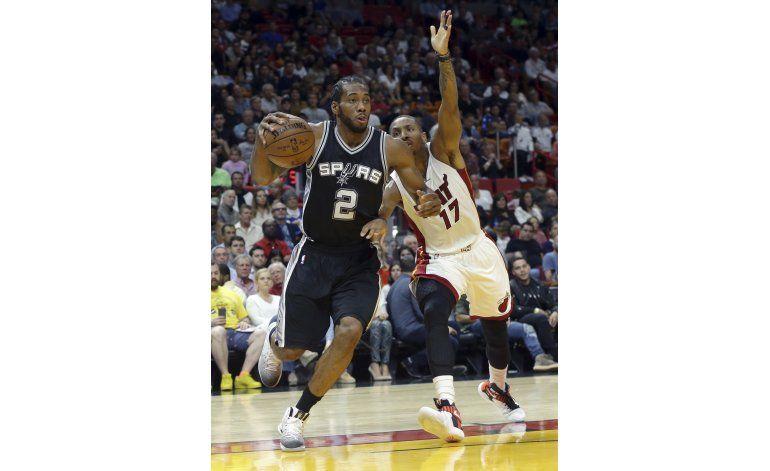 Leonard responde para que Spurs derrote al Heat