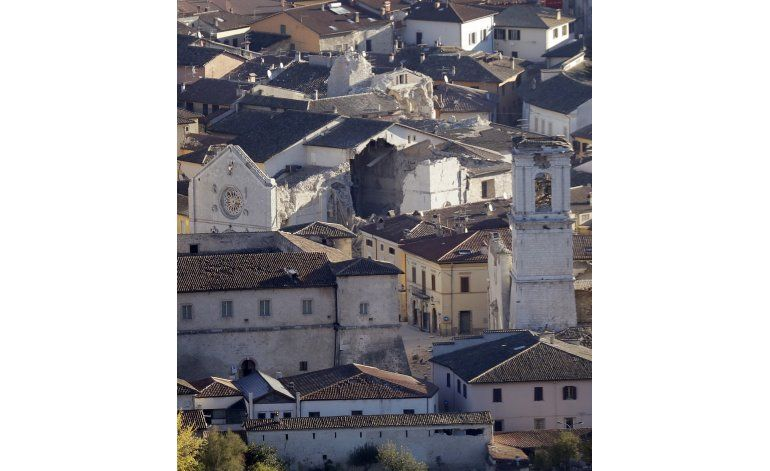 Italianos afectados por sismos vuelven a recoger sus cosas