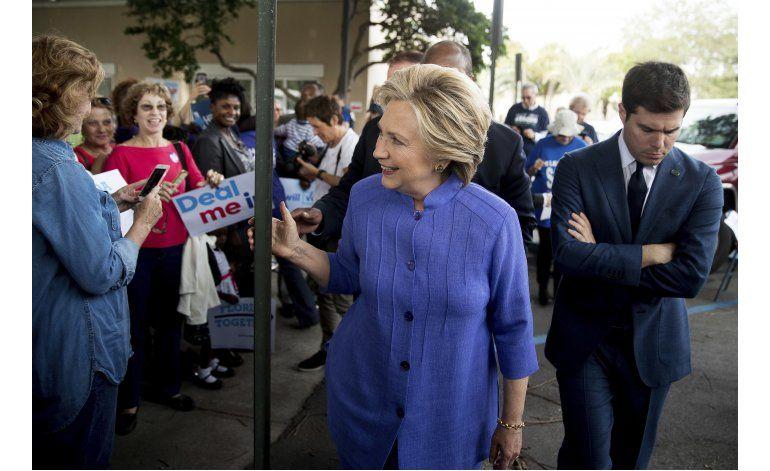 Clinton intenta sacar provecho de investigación de FBI
