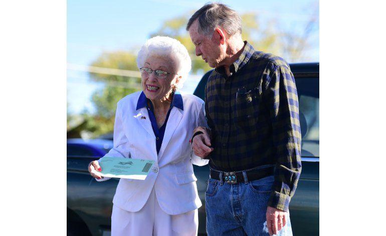 Electora de 102 años elige a Clinton en voto anticipado