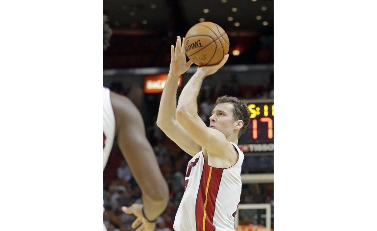 Dragic anota 25 y Heat vence a Kings en tiempo extra
