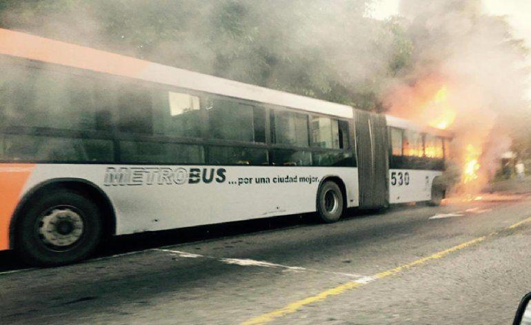 Impresionante incendio de un ómnibus en Cuba
