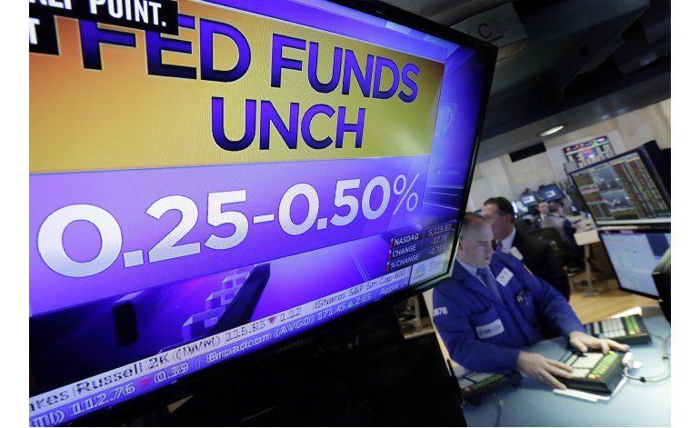 Fed deja tasas sin cambio, insinúa alza cercana