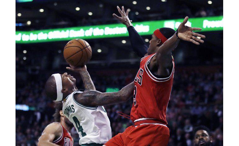 Thomas y Johnson lideran a Celtics en triunfo ante Bulls